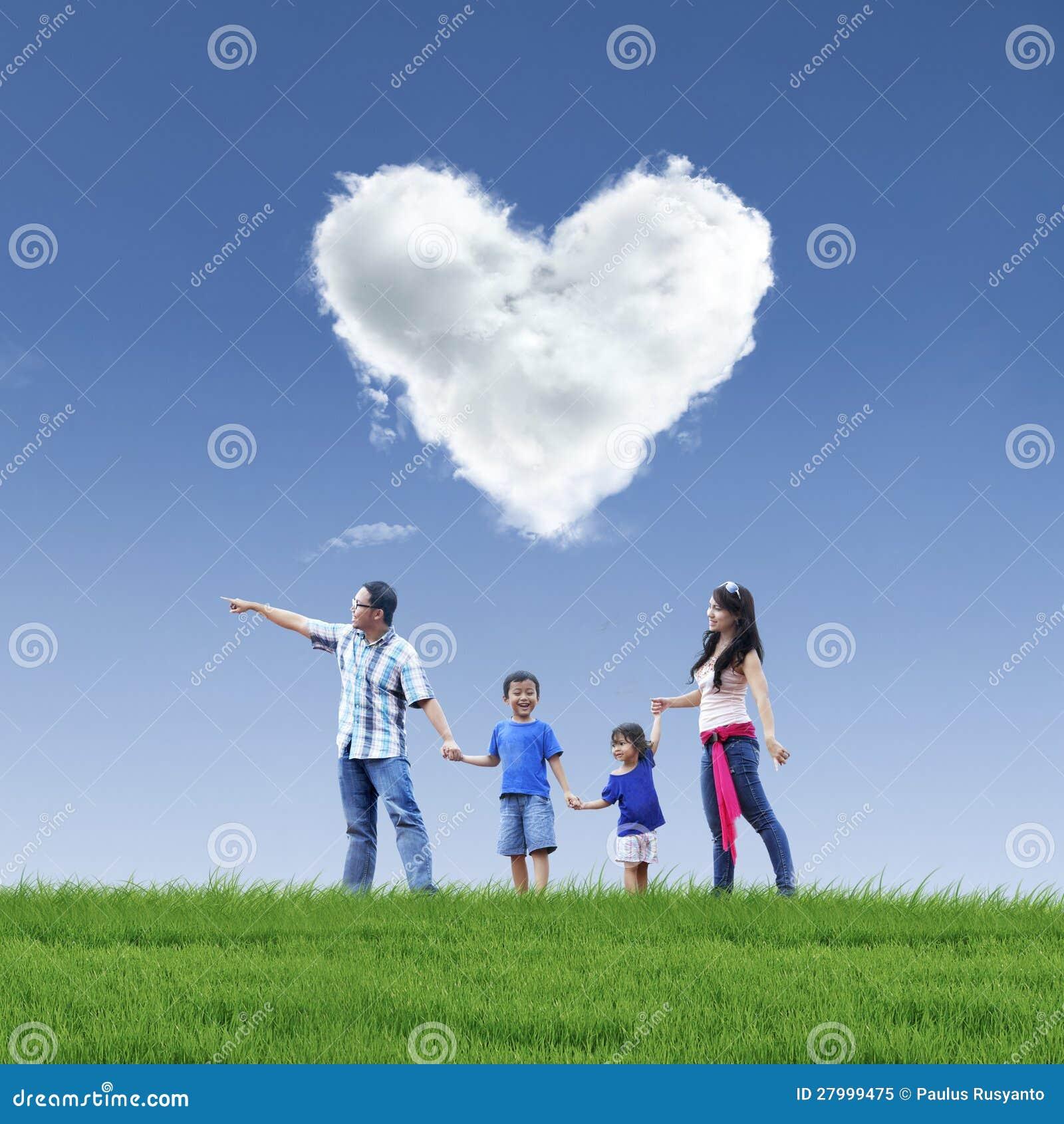 Amor Hermoso Y Familia De La Nube En El Cielo Azul Imagen De Archivo