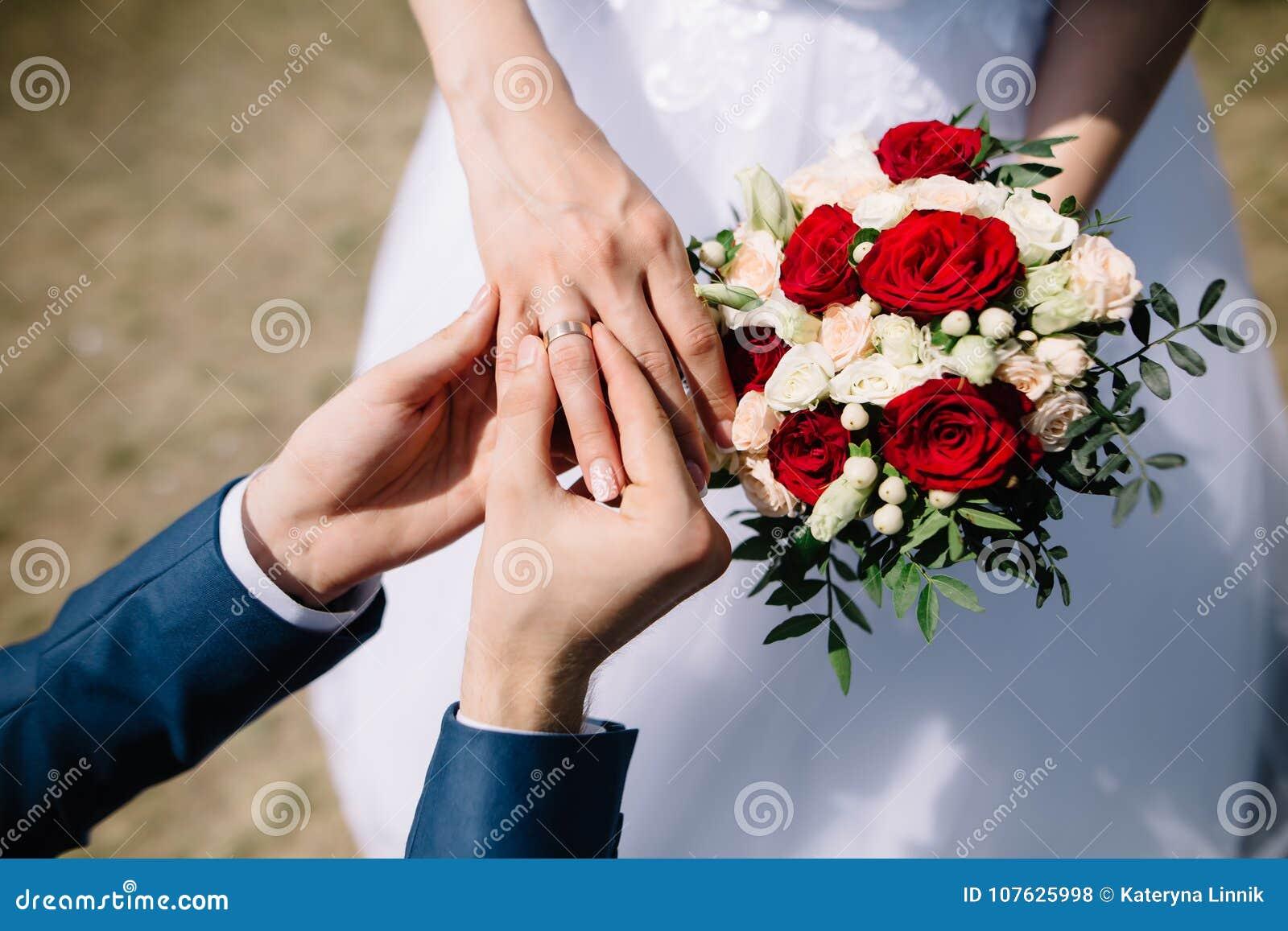 Amor y unión Ceremonia de boda rústica de la bella arte afuera Prepare poner el anillo de oro en el finger del ` s de la novia Ra