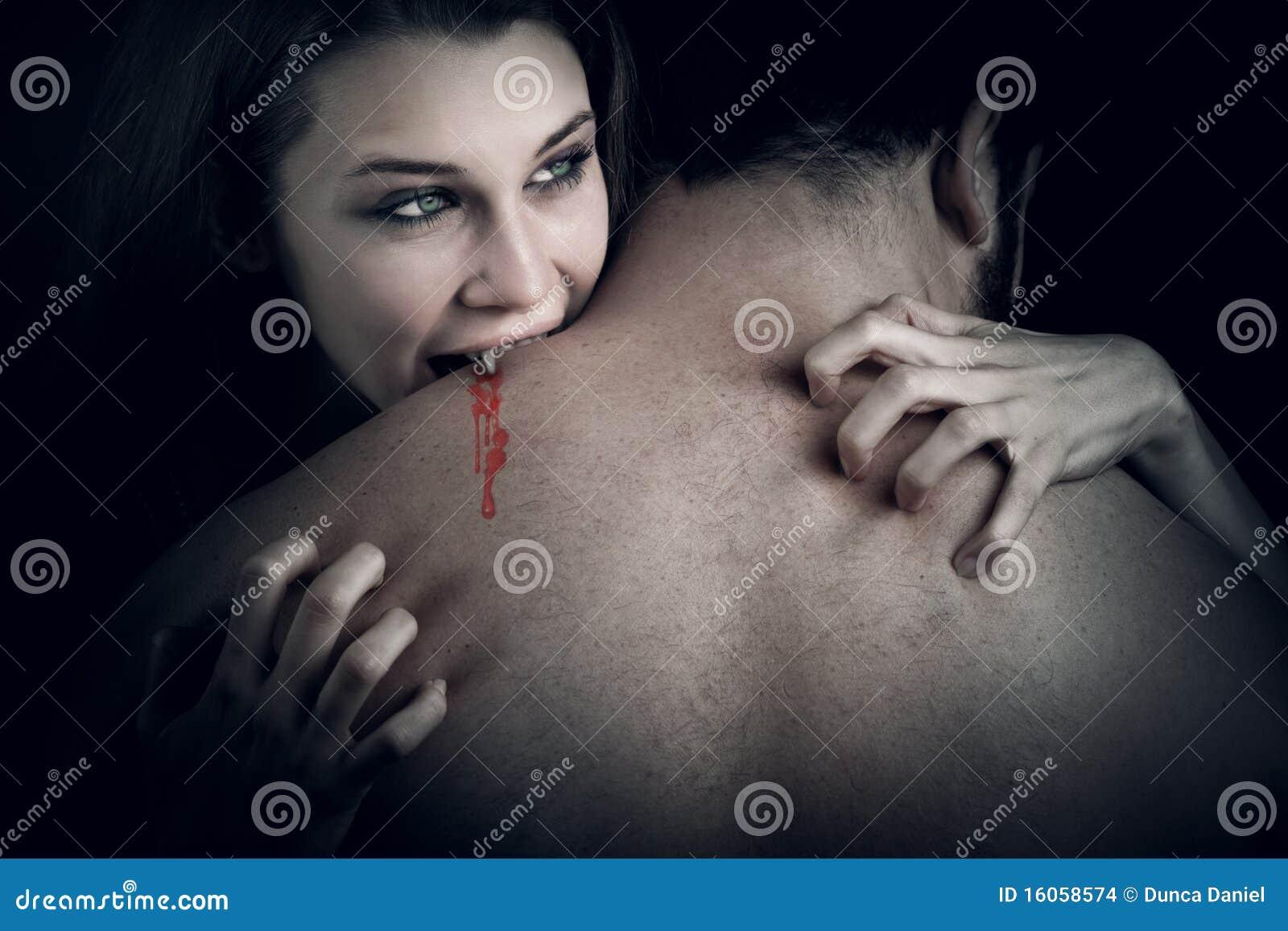 Amore ed anima - donna del vampiro che morde il suo amante