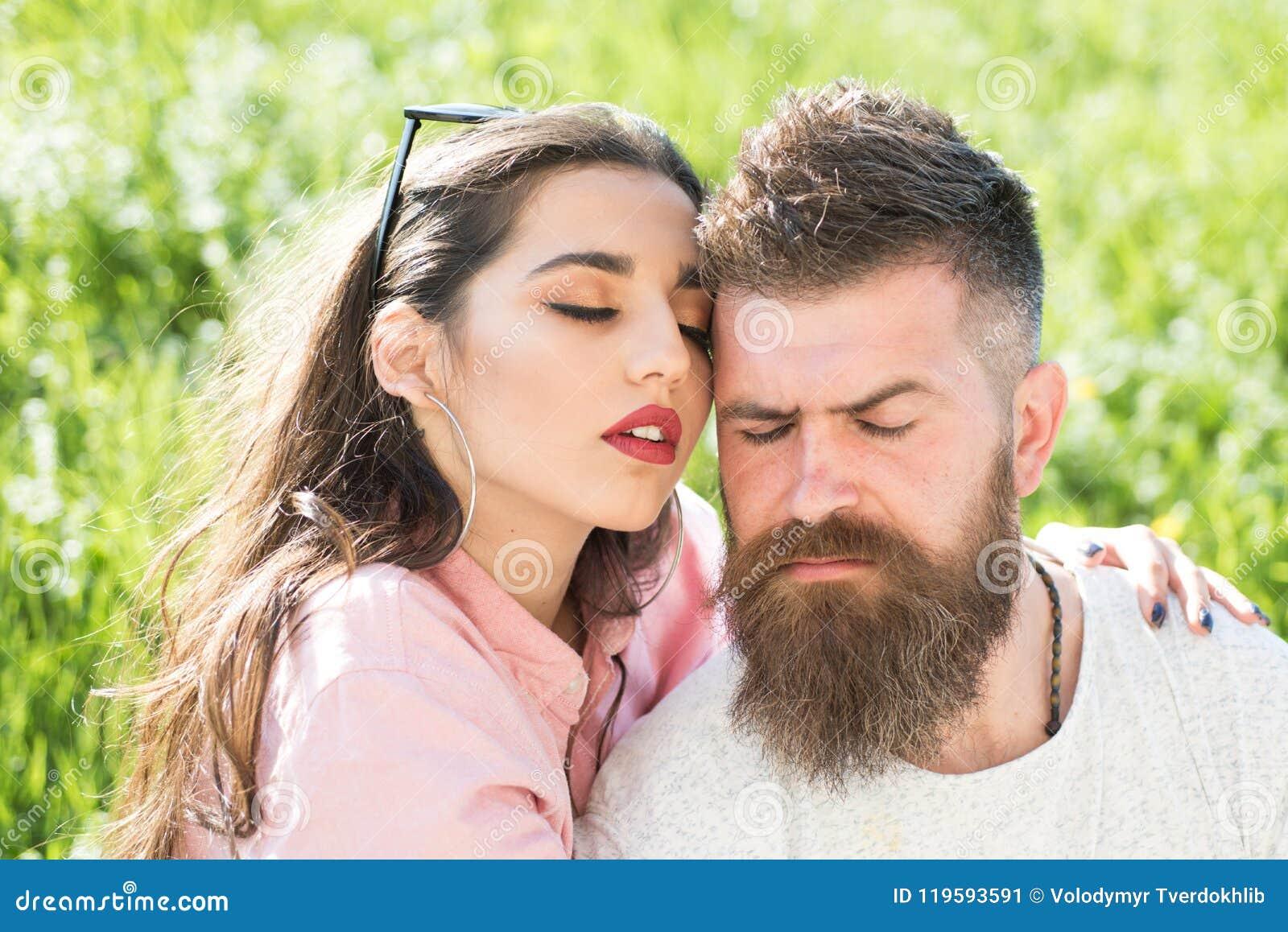 Amore Infinito E Uomo Barbuto Dell Abbraccio Sensuale Della Donna