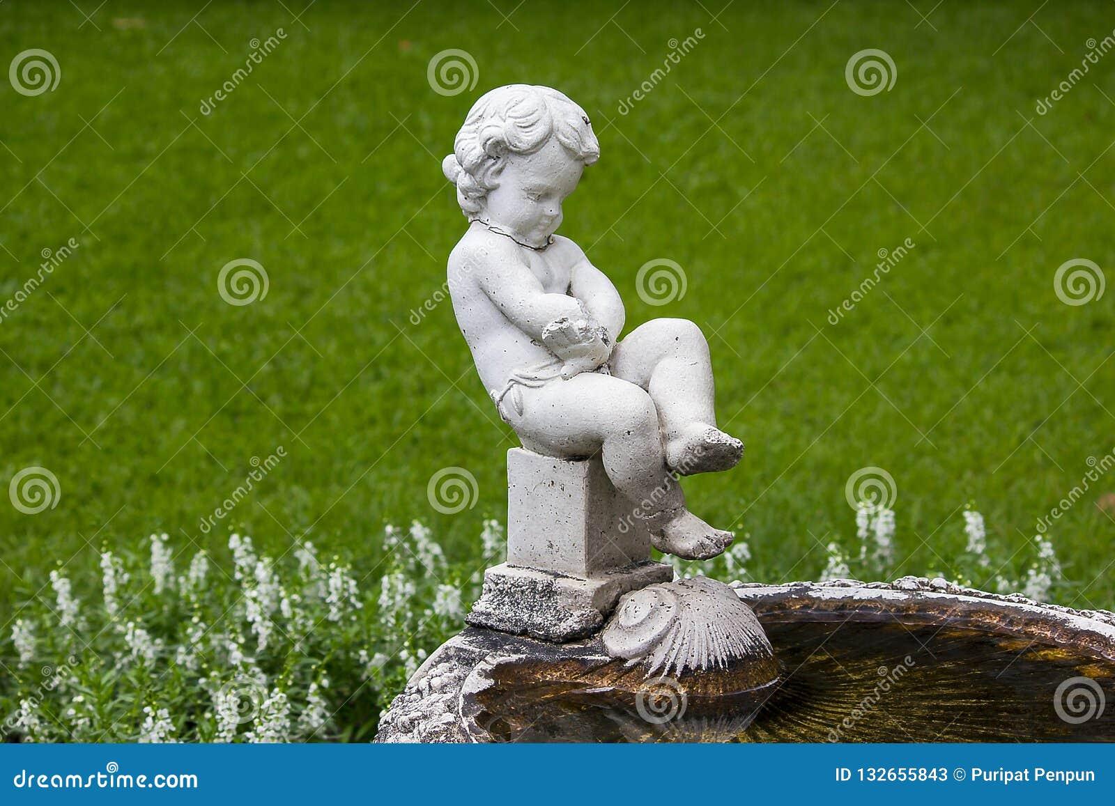 Amorek fontanna w parku