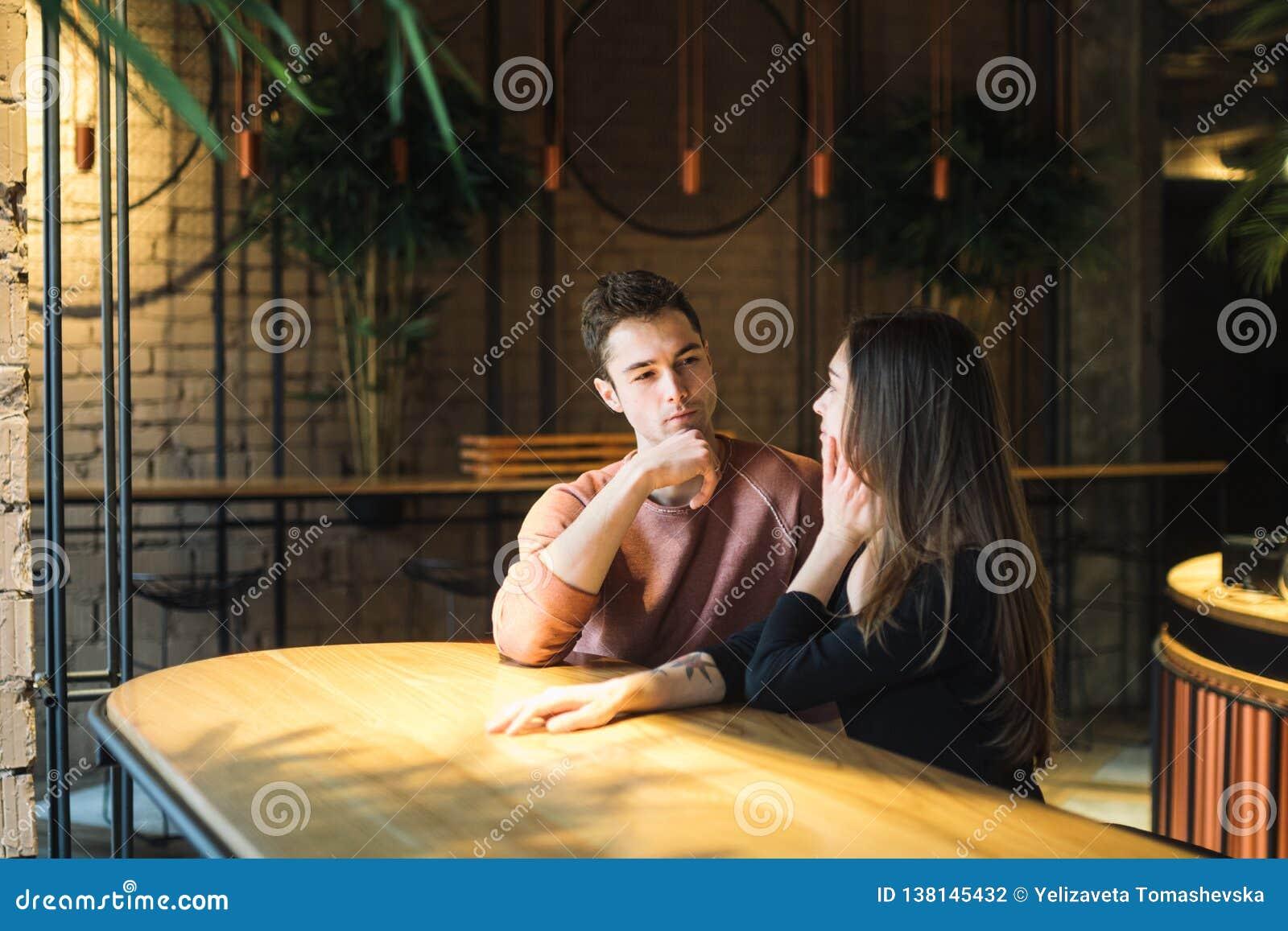 Amour de thème et jour de valentines de vacances couples des étudiants universitaires ensemble en hiver hétérosexuel caucasien d