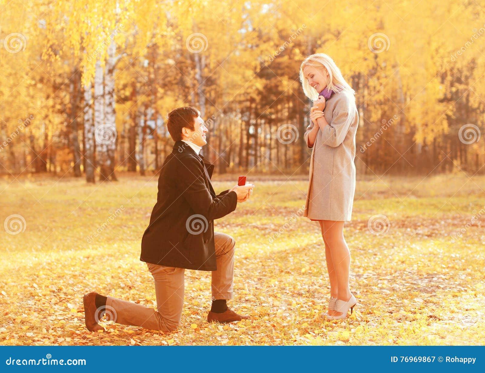 Amour, relations, concept de fiançailles et de mariage - l homme mis à genoux propose une femme pour se marier, anneau rouge de b