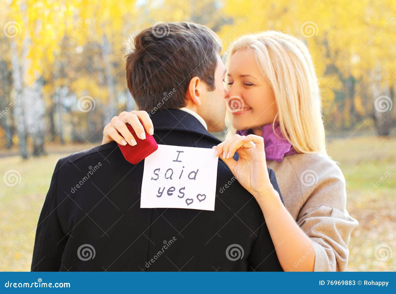 Amour, relations, concept de fiançailles et de mariage - l homme propose une femme pour se marier, anneau rouge de boîte, couple