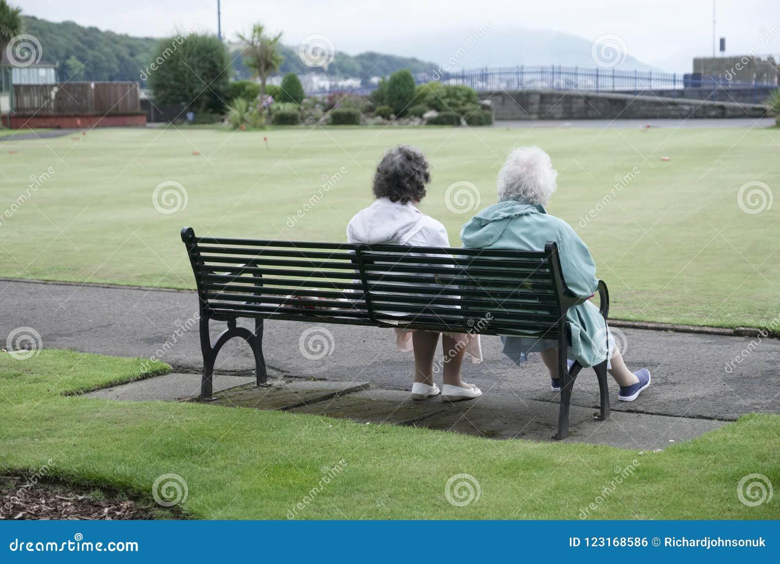 Amour supérieur d été de banc de parc de femme de vieux couples détendant dehors Rothesay