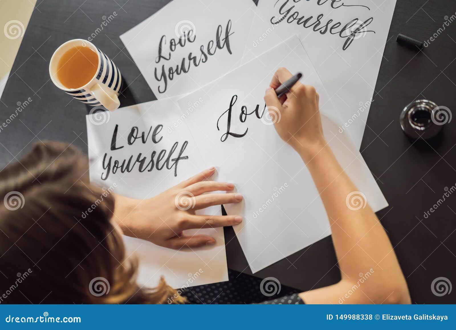 Amour vous-m?me Le calligraphe Young Woman ?crit l expression sur le livre blanc Inscrire les lettres d?cor?es ornementales