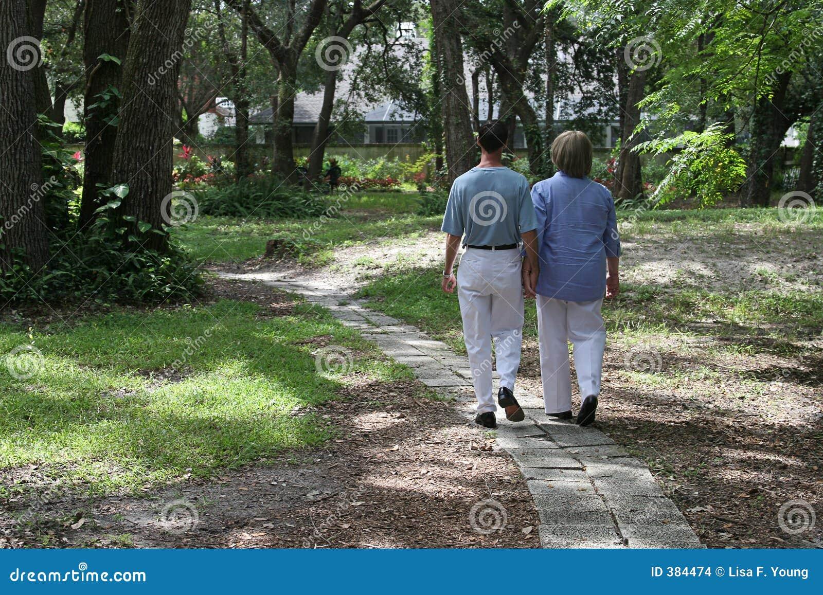 Amoureux sur le chemin de jardin