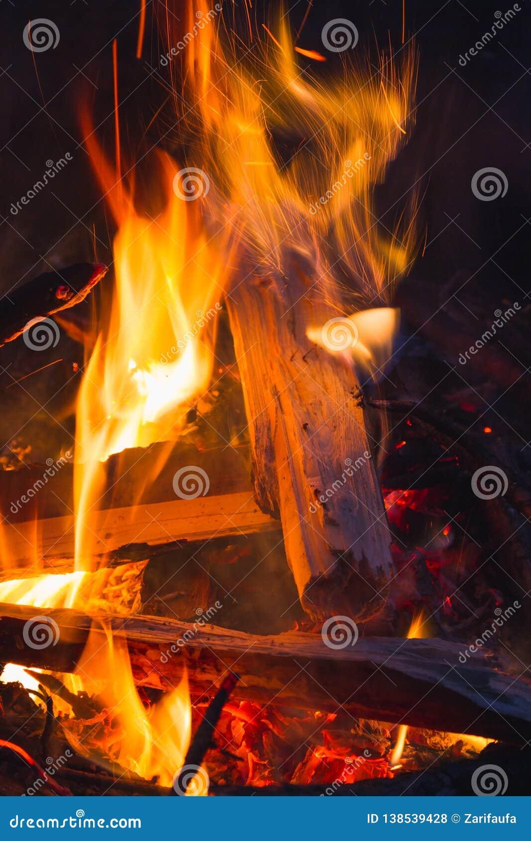 Ampfire  Ñ со швырком в лесе, loseup  Ñ горящего огня с искрами