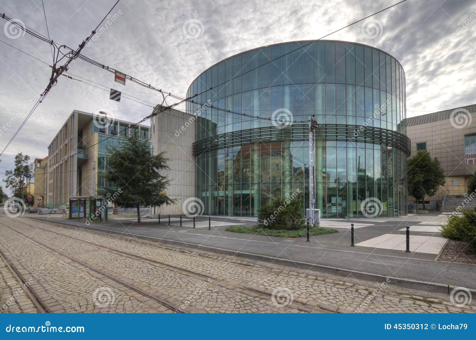Amphithéâtre en verre de bâtiment du conservatoire à Poznan
