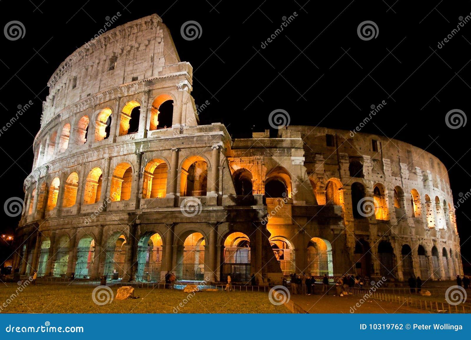 Amphitheatre Colosseum na cidade Roma na noite