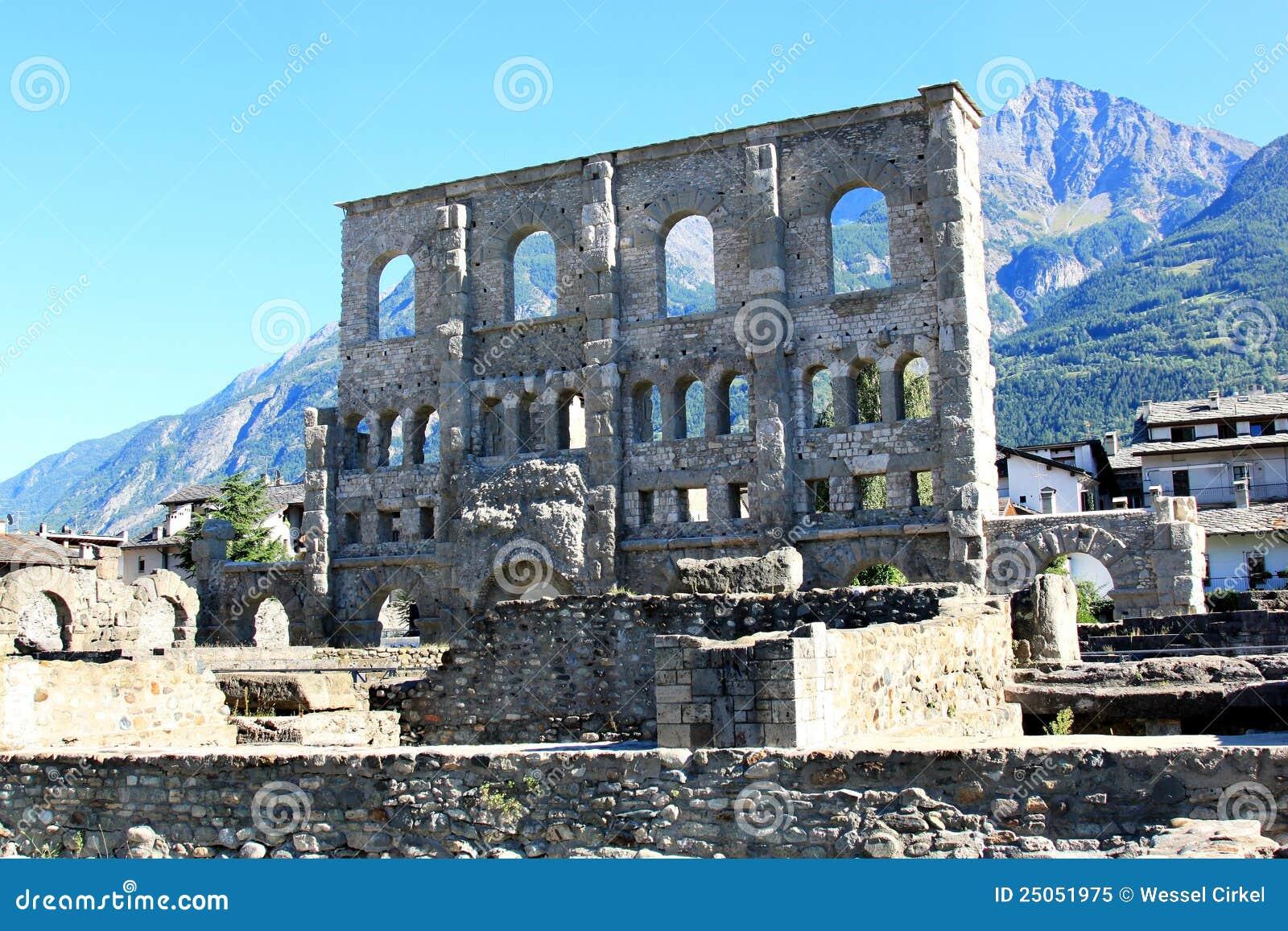 Amphitheatre romain dans aosta italie photo libre de for Dans italien