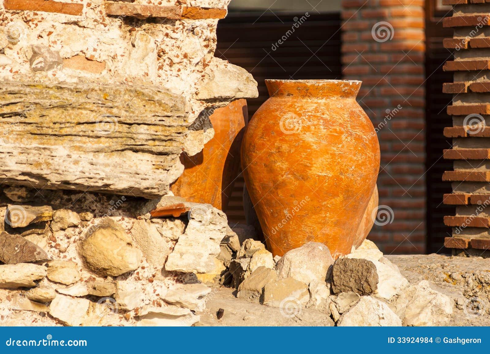 Amphore d 39 argile se tenant dans le jardin images stock for Amphore terre cuite pour jardin