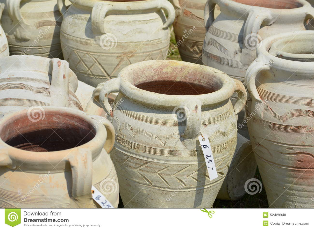 Amphores comme poterie de jardin photo stock image 52429948 for Amphore de jardin