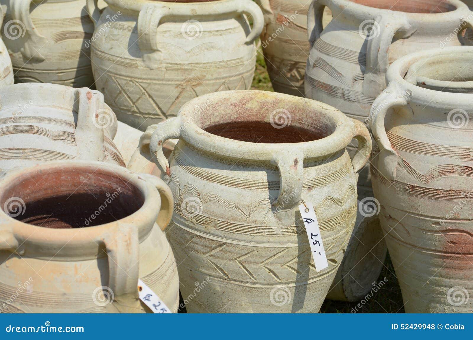 Amphores comme poterie de jardin photo stock image 52429948 for Amphore de jardin