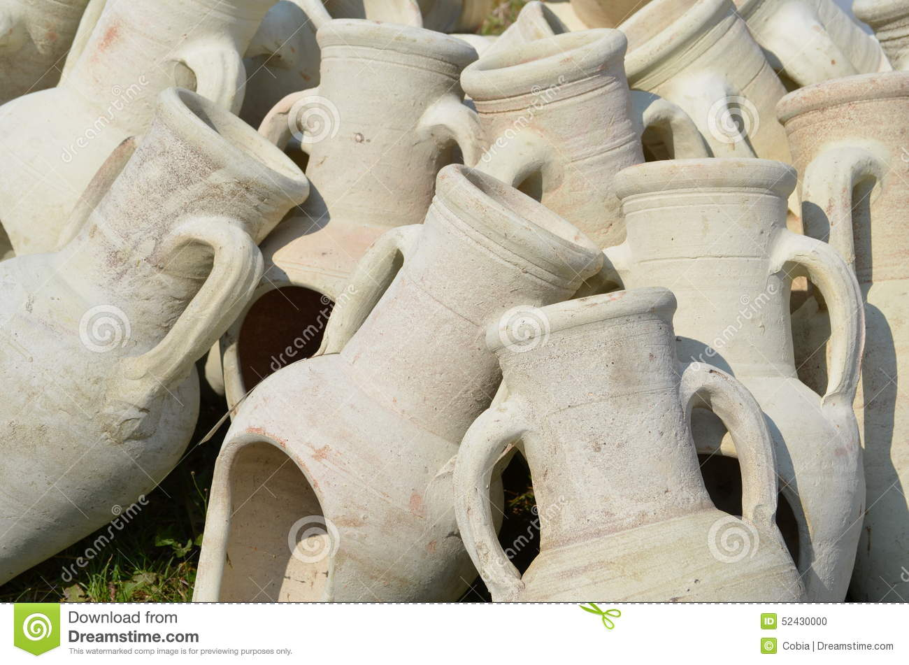 Amphores comme poterie de jardin photo stock image 52430000 for Amphore de jardin