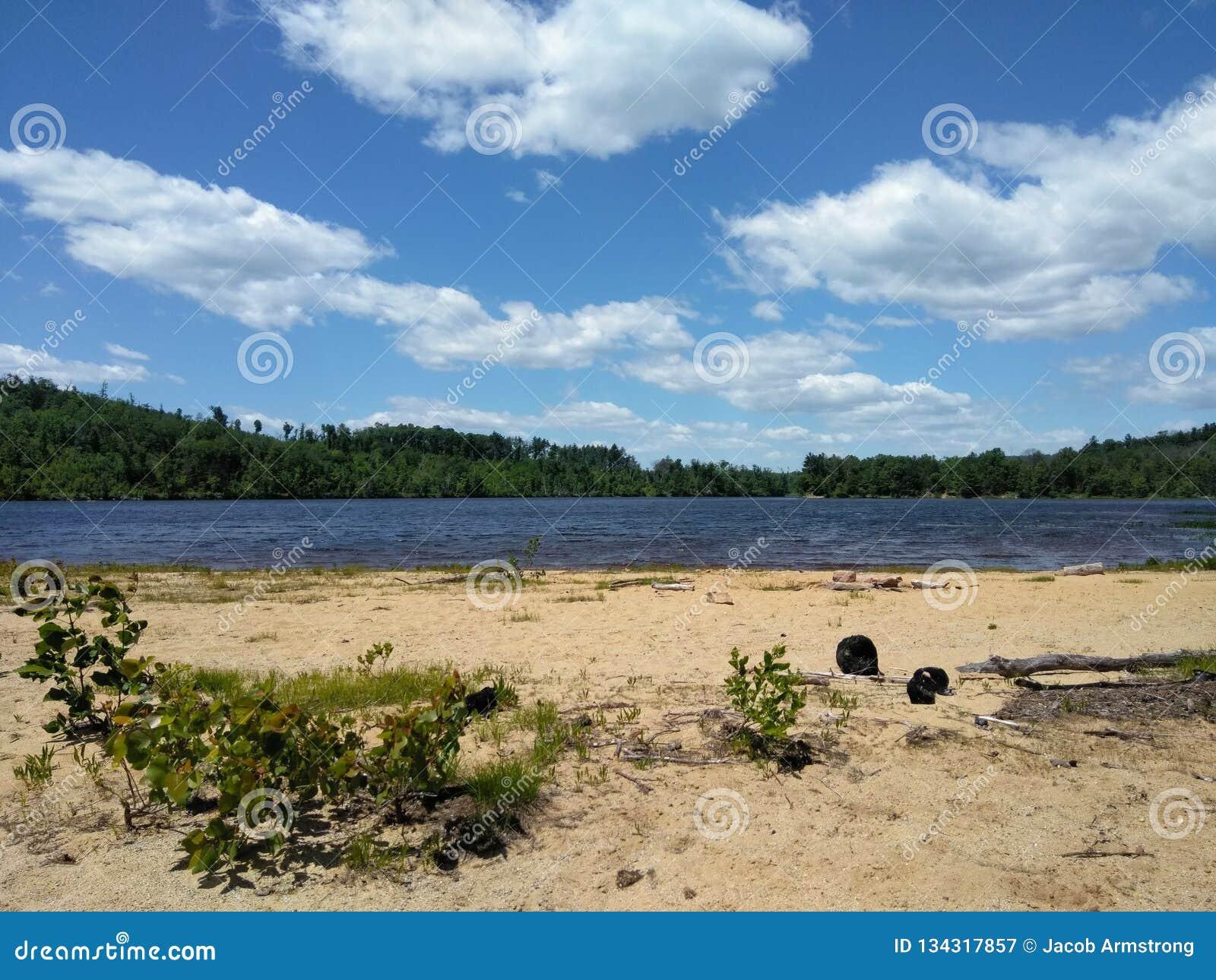 Ampia spiaggia di barone del cielo blu