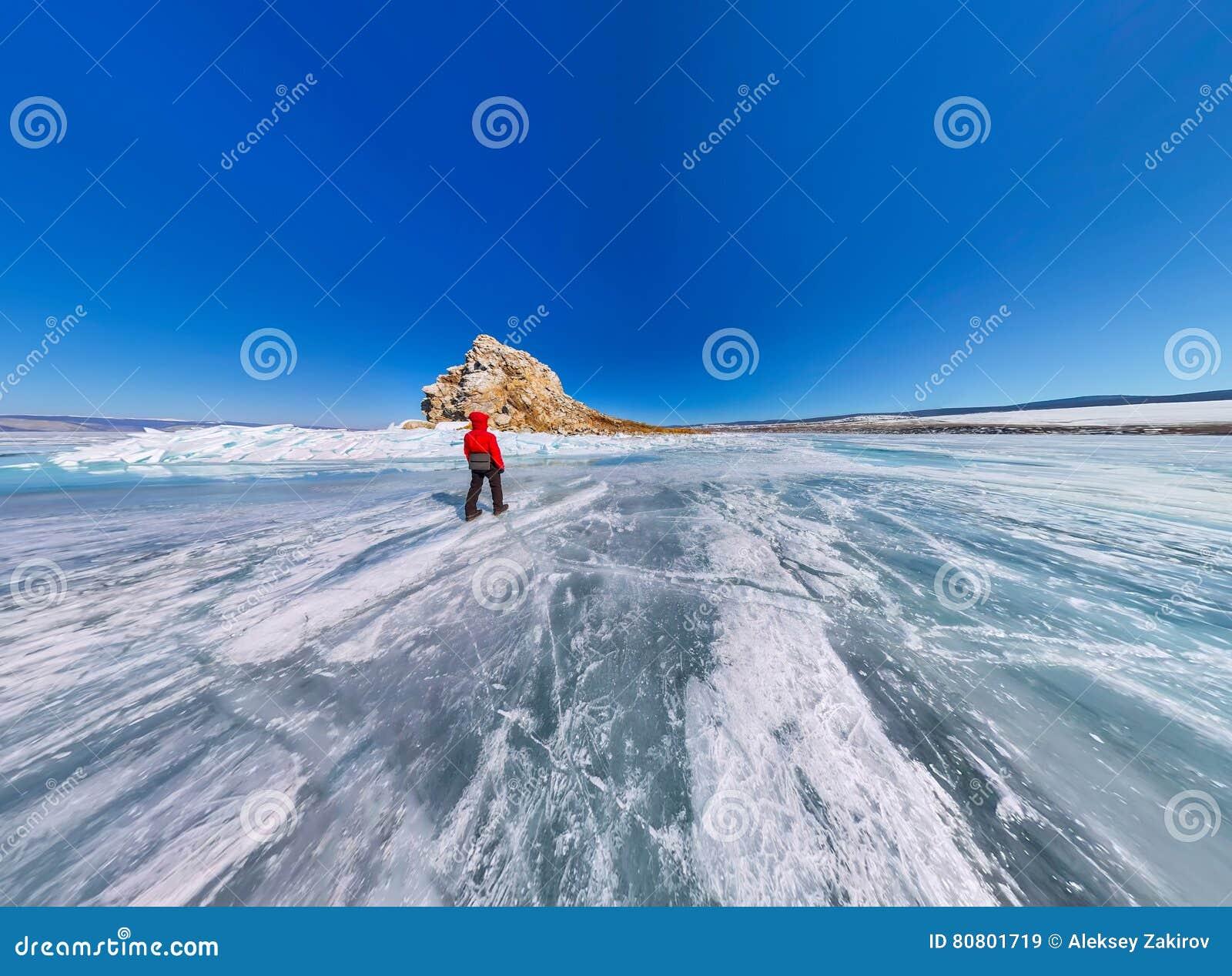 Ampia vista aerea della gente alla roccia sul ghiaccio del for Planimetrie della cabina del lago