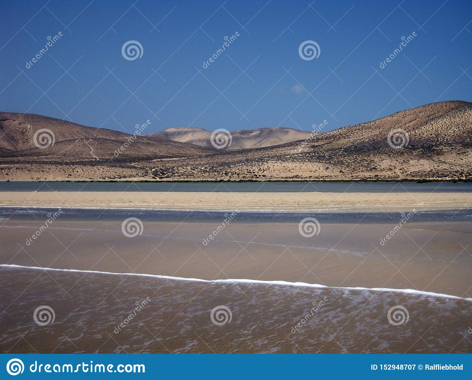 Ampio tideland senza fine nella laguna di Gorriones, Playa de Sotavento, calma della Costa, Fuerteventura, Spagna