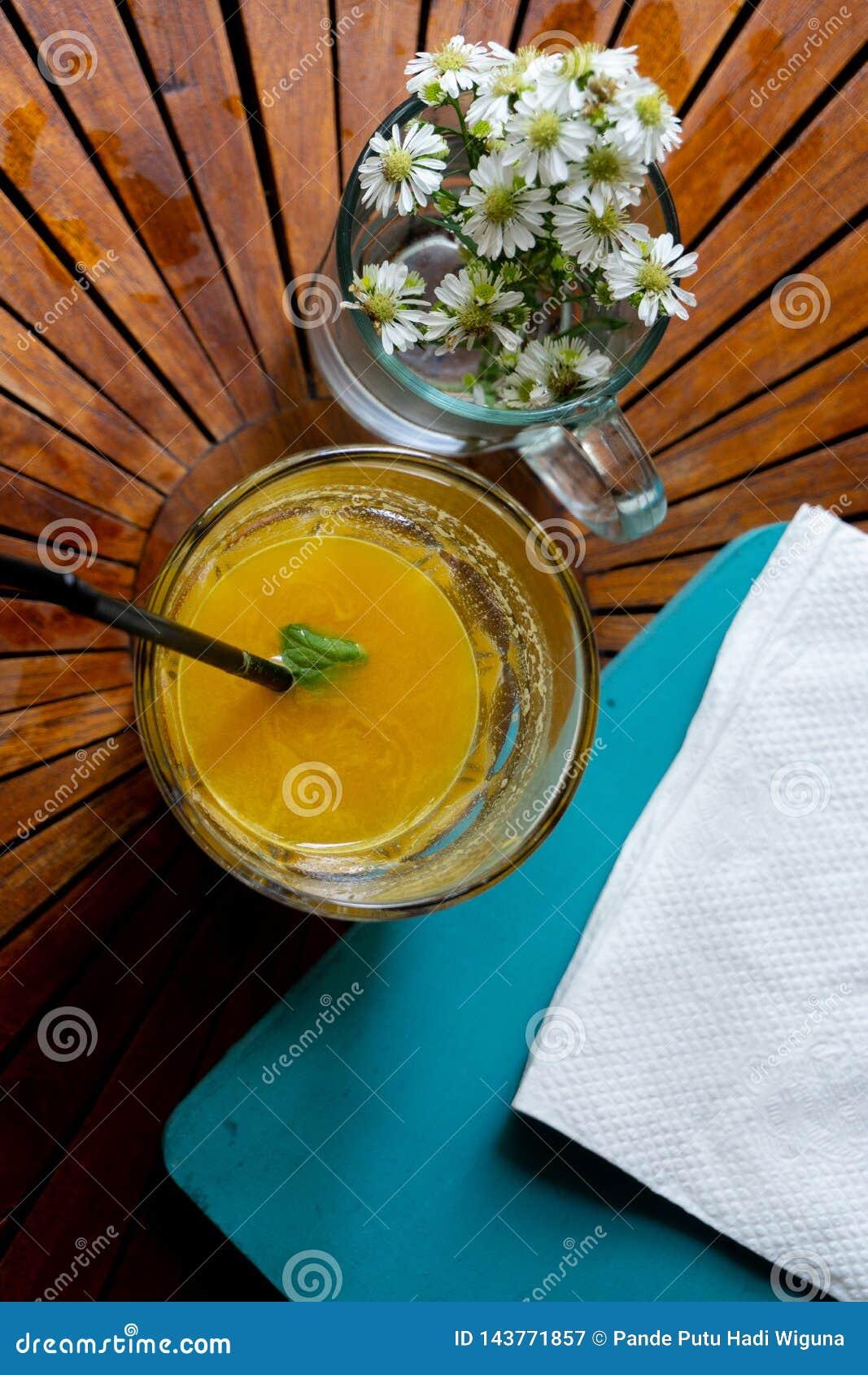 Amplificazione del vostro giorno con il succo organico fresco del mango
