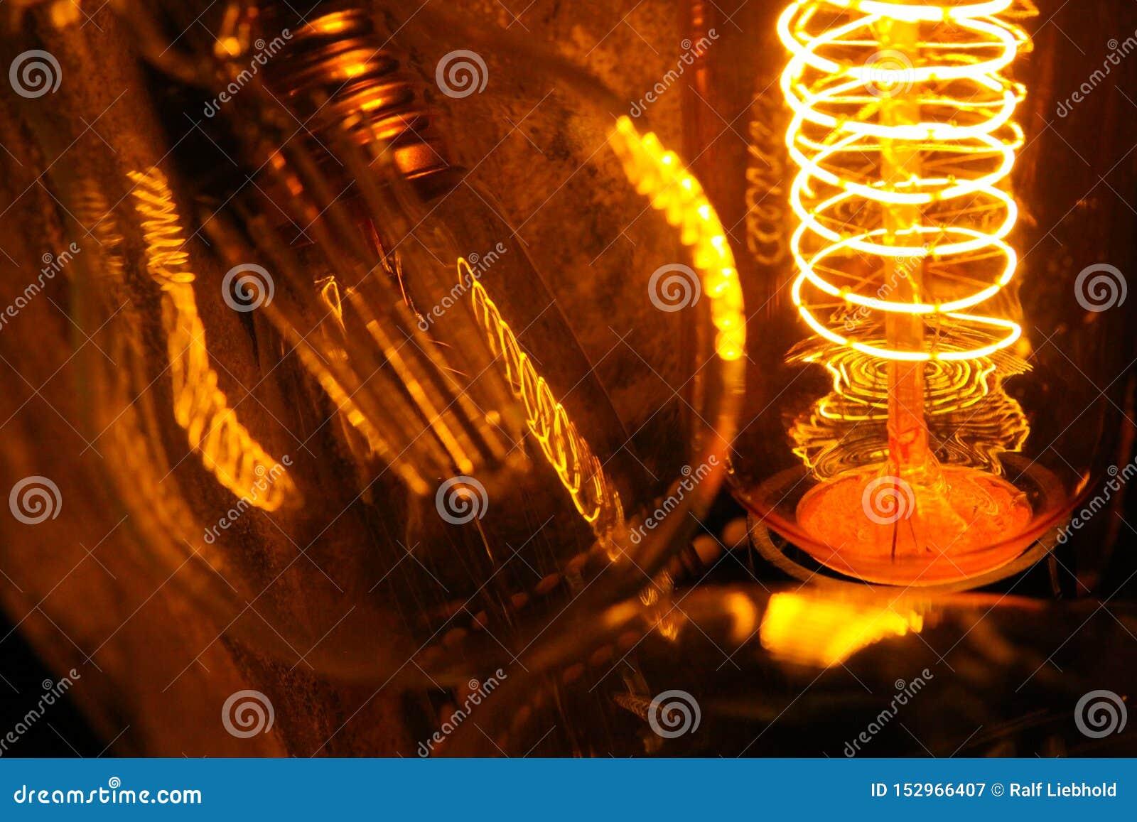 Ampolas incandescentes clássicas Cobbled de Edison com fios de incandescência visíveis na noite
