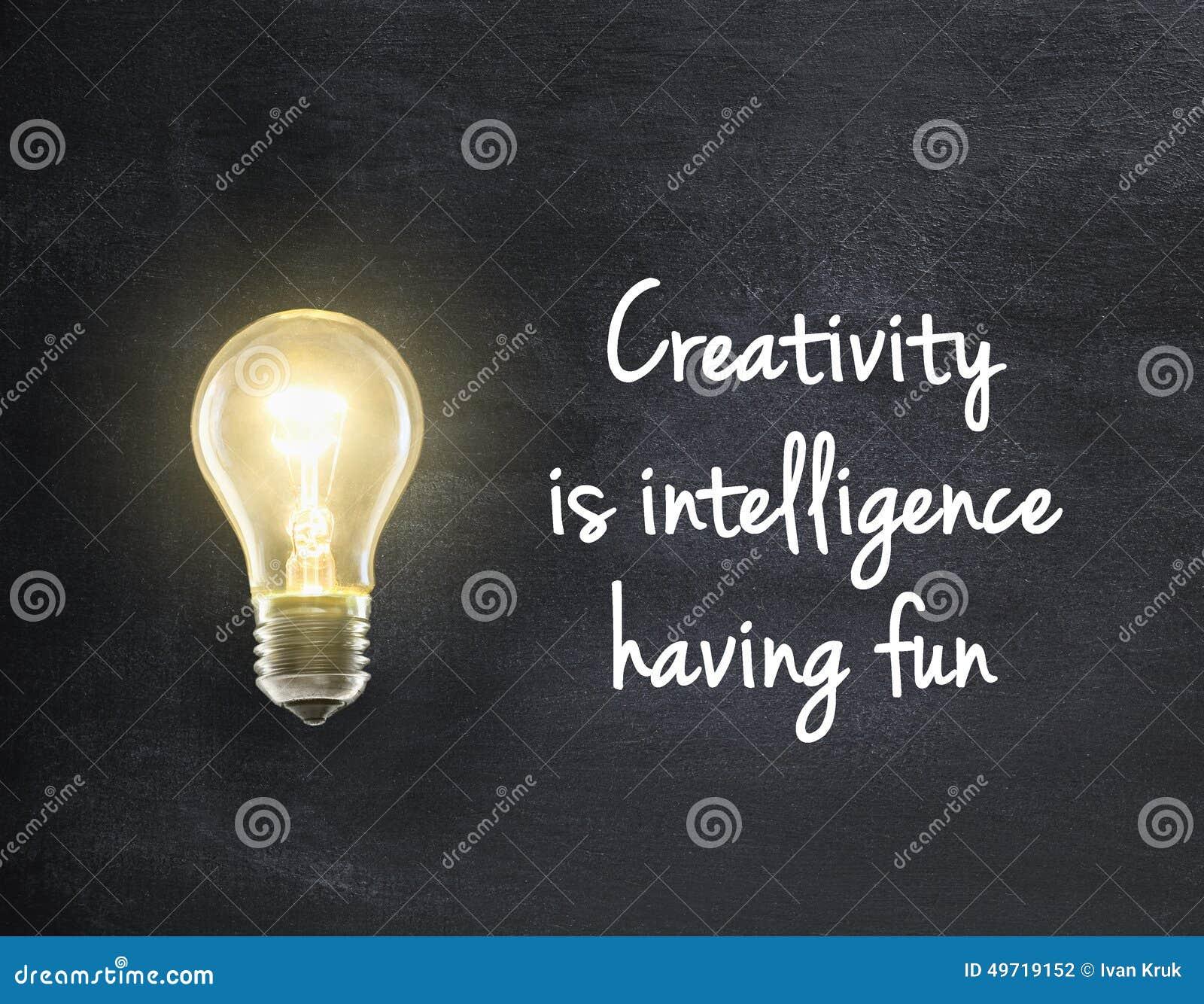 Ampoule avec la citation de créativité