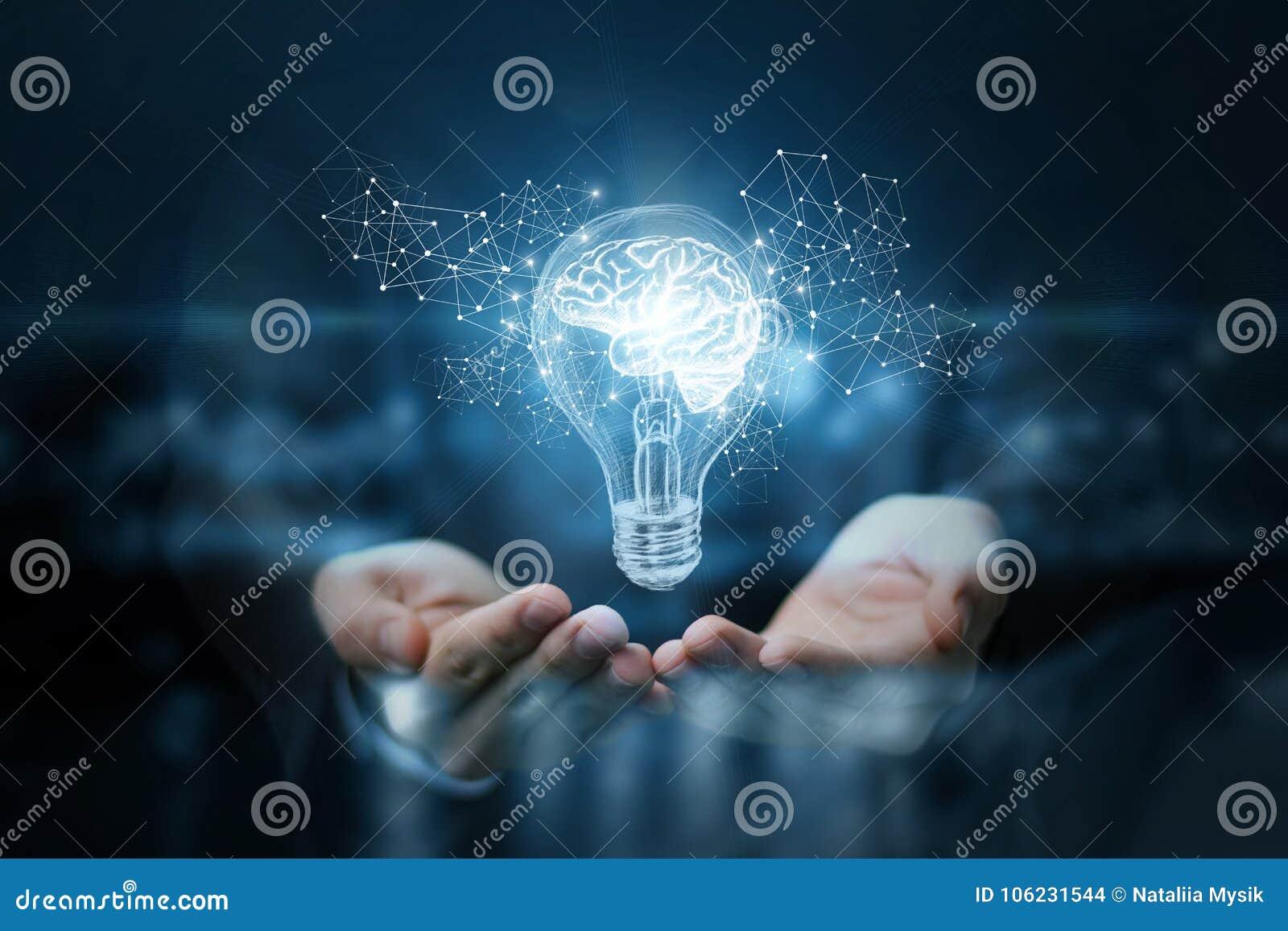 Ampoule avec le cerveau à l intérieur des mains de l homme d affaires