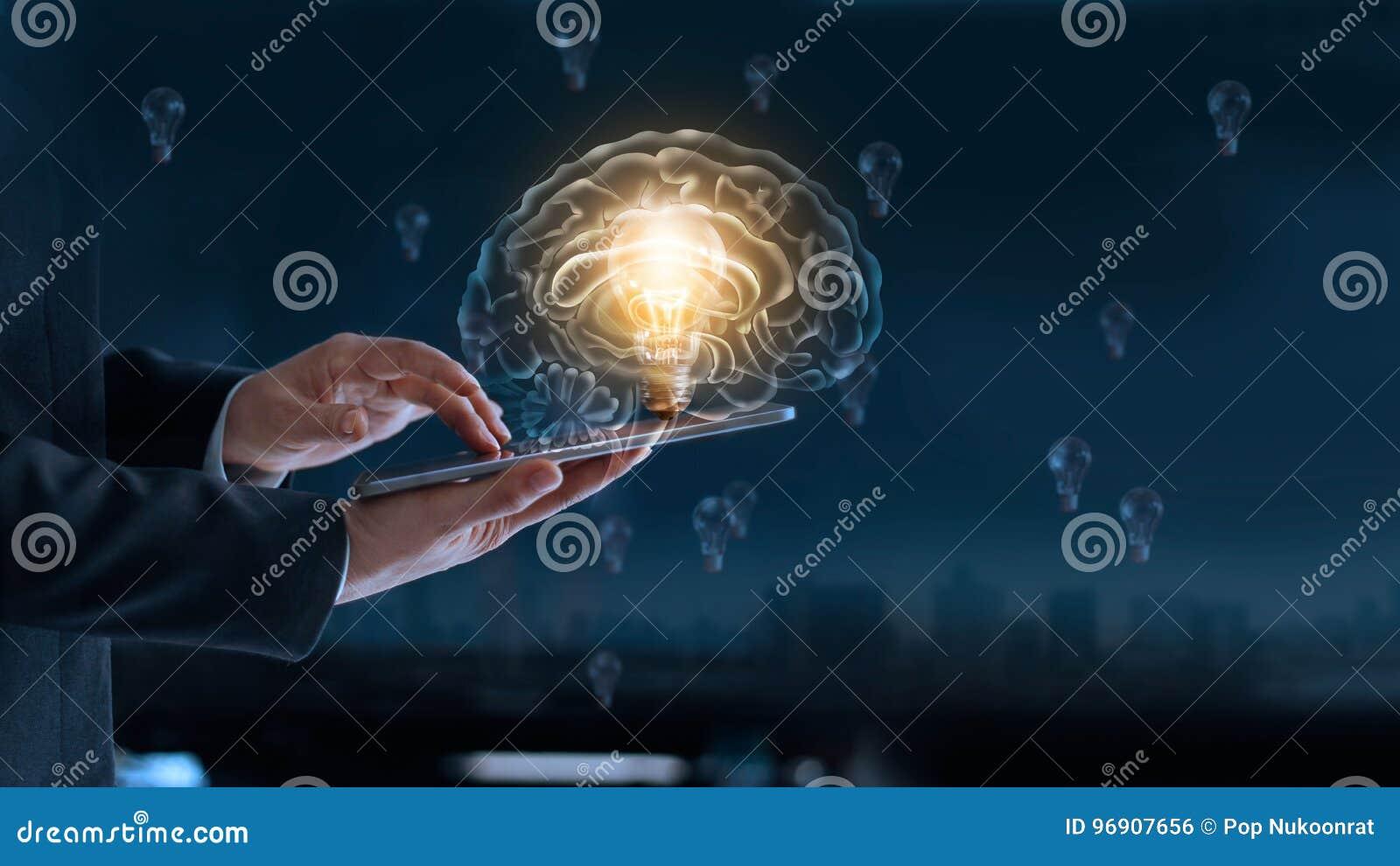 Ampoule rougeoyante dans le cerveau au-dessus du labtop de l homme d affaires