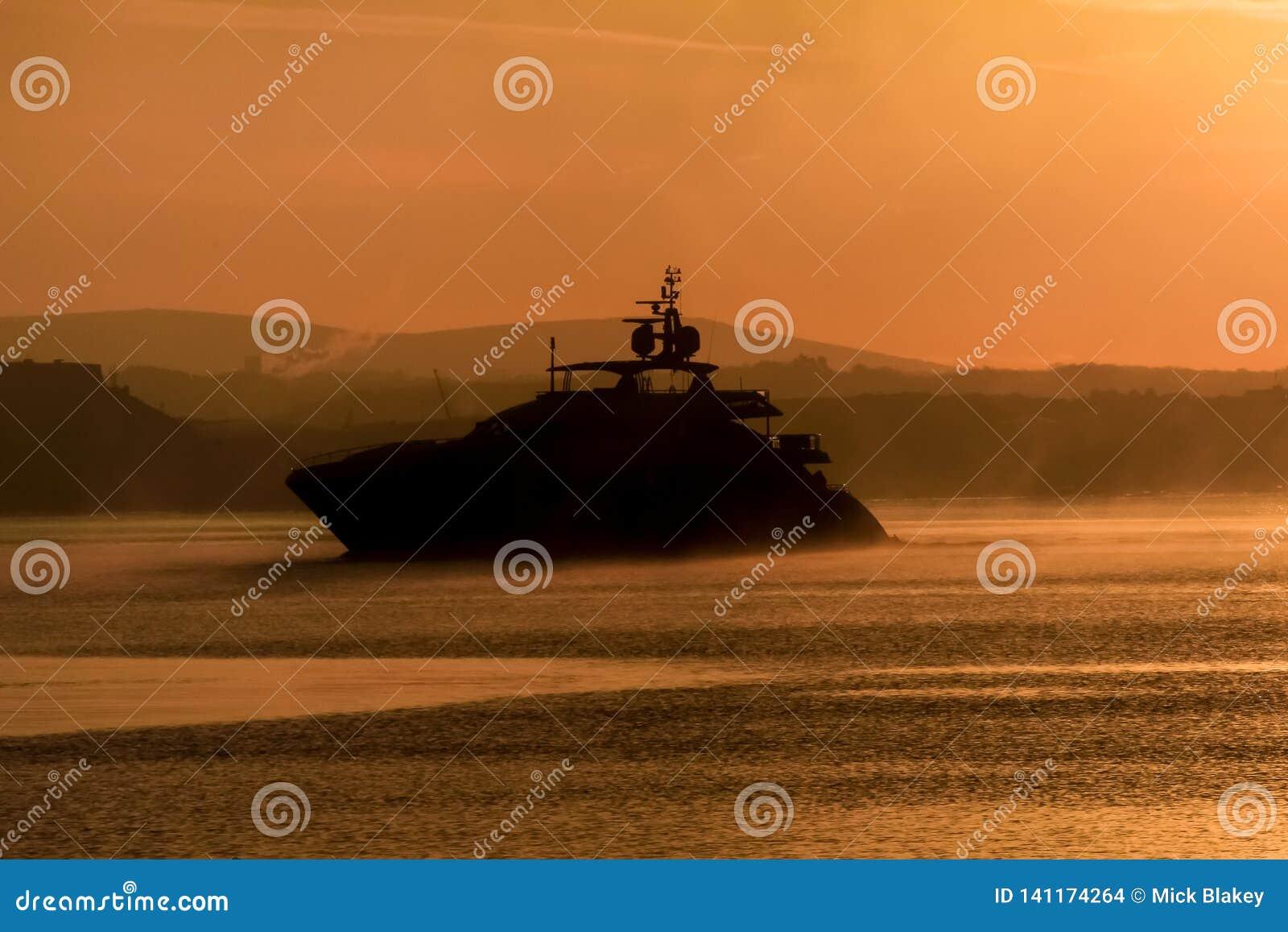 Ampuła Jedzie krążownika Sylwetkowego w mgle, Plymouth dźwięk, Południowy Devon