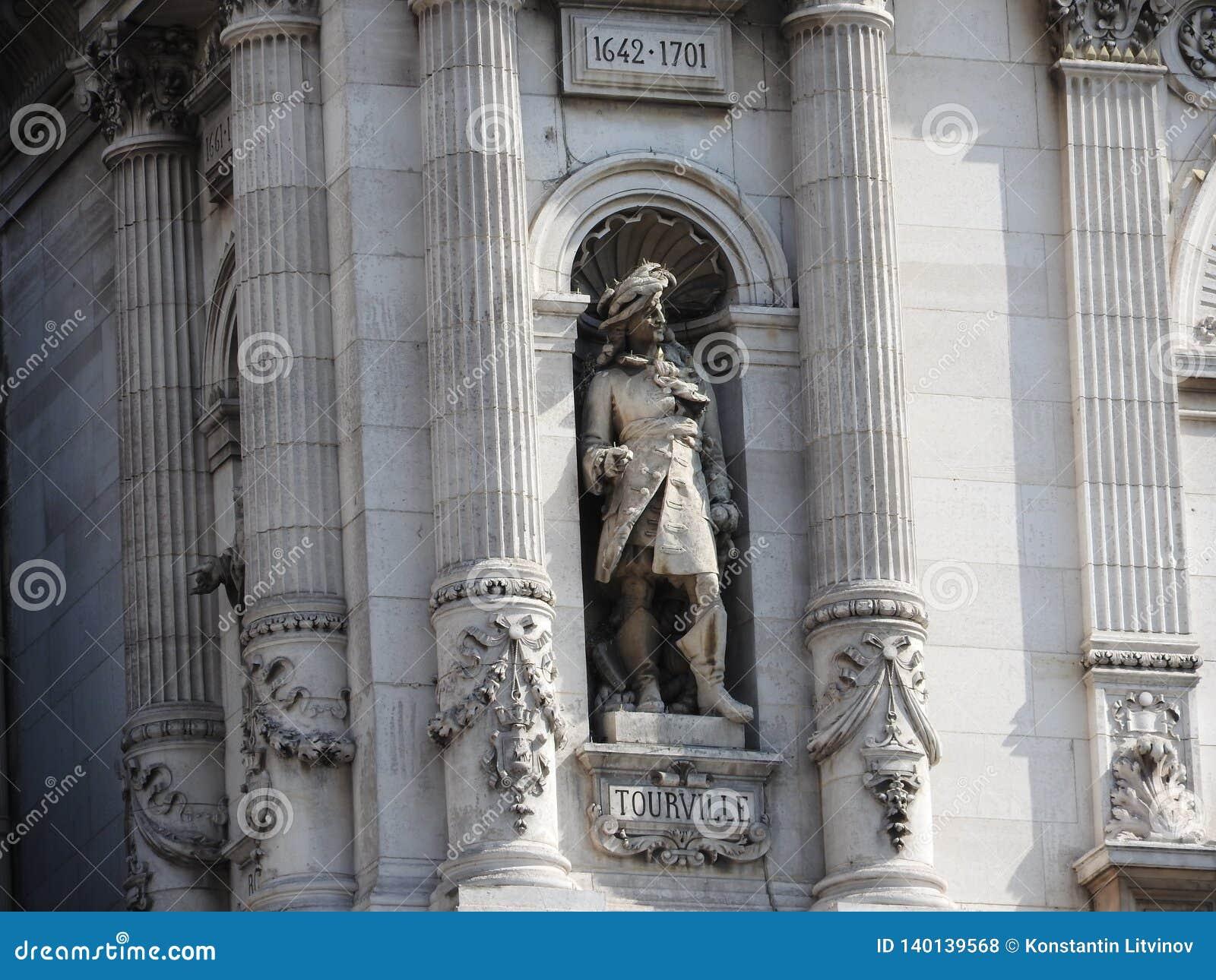 Ampuła kamienia postać na fasadzie Muzealny budynek w louvre, Paryż