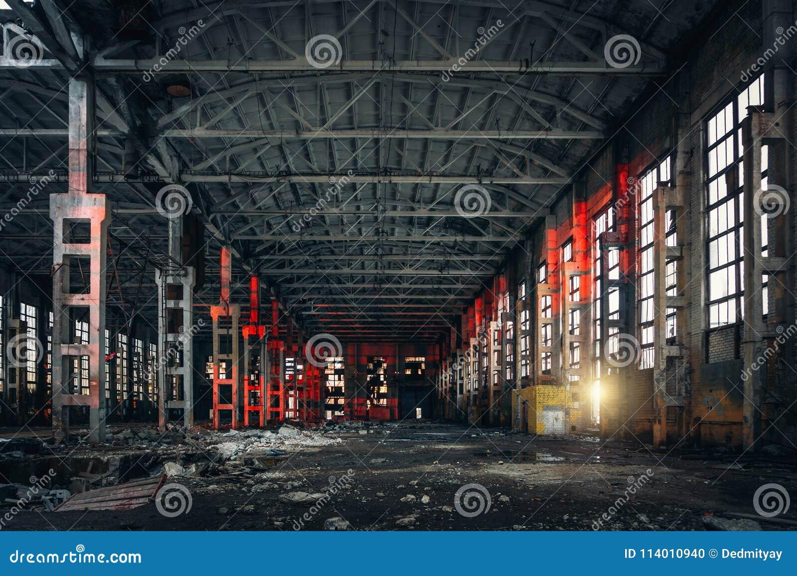Ampuła pusty zaniechany magazynowy budynek lub fabryka warsztat, abstrakt rujnujemy tło