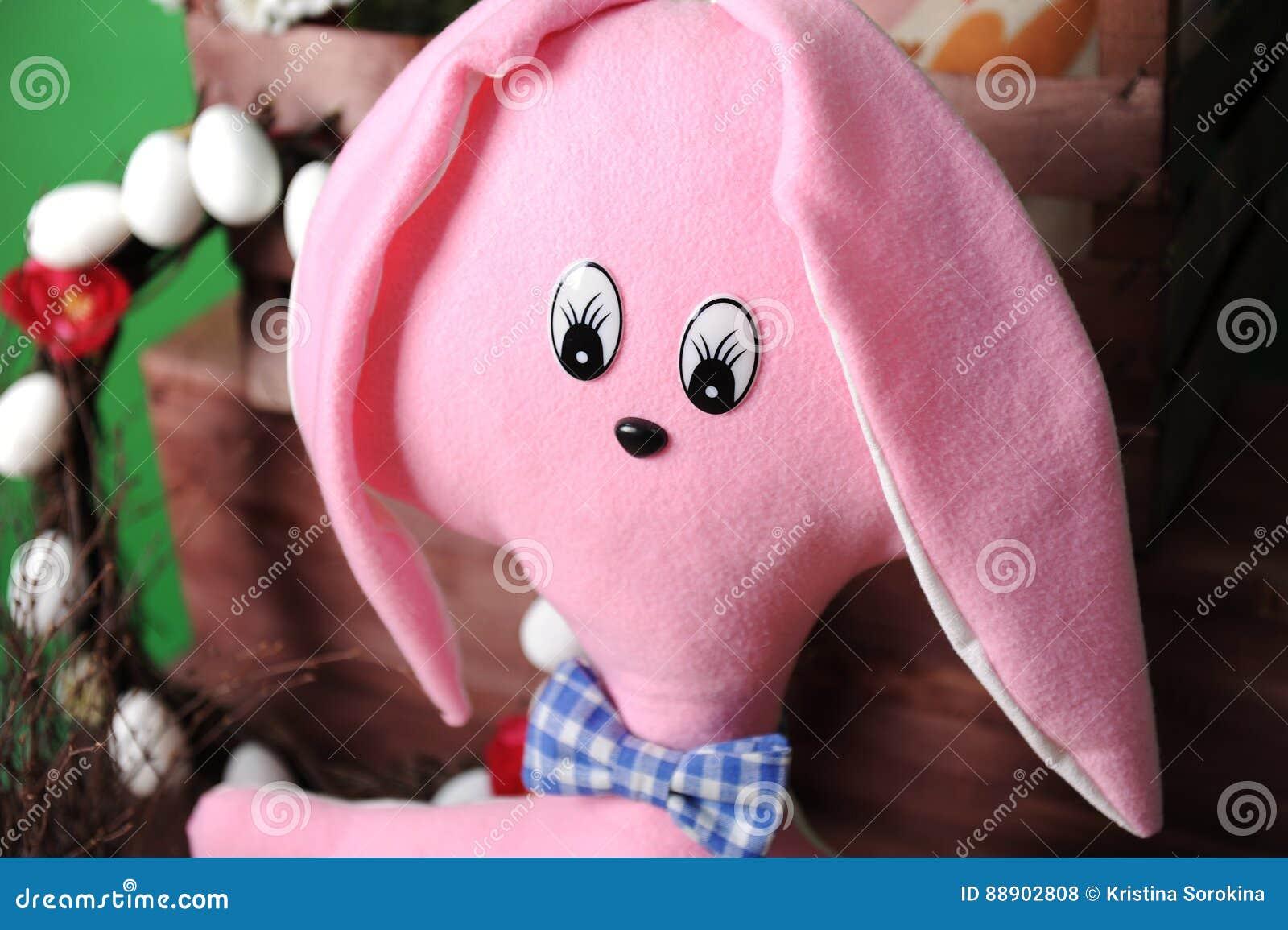 Ampuła różowi miękkiego królika w szkocka krata łęku krawacie z Wielkanocną dekoracją