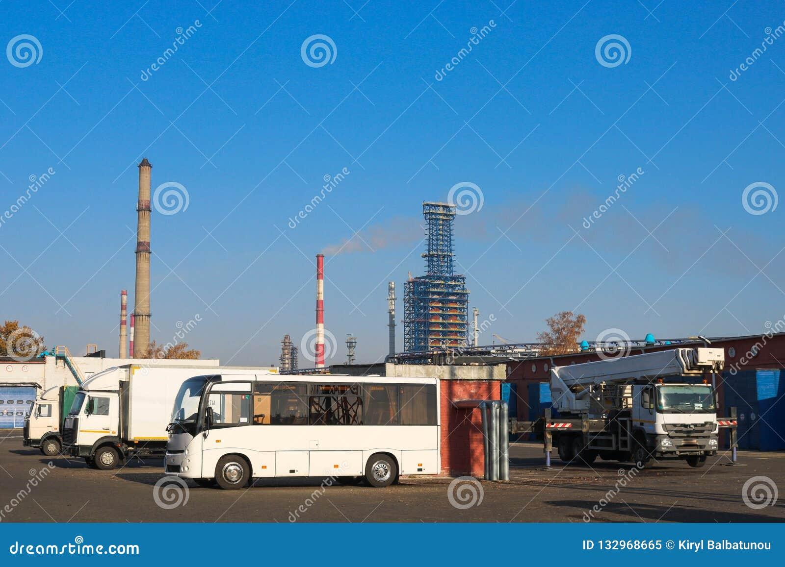 Ampuła soku otwarta ciężarówka przewozi samochodem, ciągniki, ciężarówki, autobusy, żurawie a