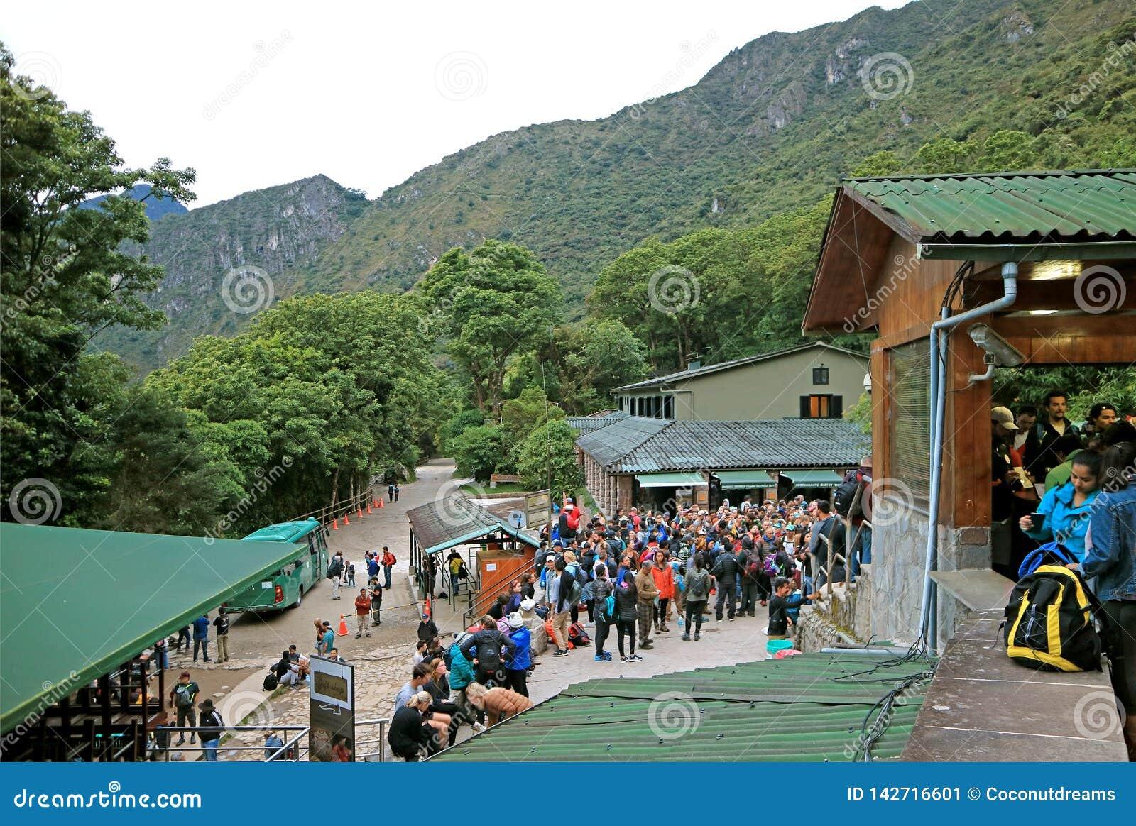Ampuły grupa goście czeka przy wejściową bramą Machu Picchu Incas cytadele, Cusco, Peru