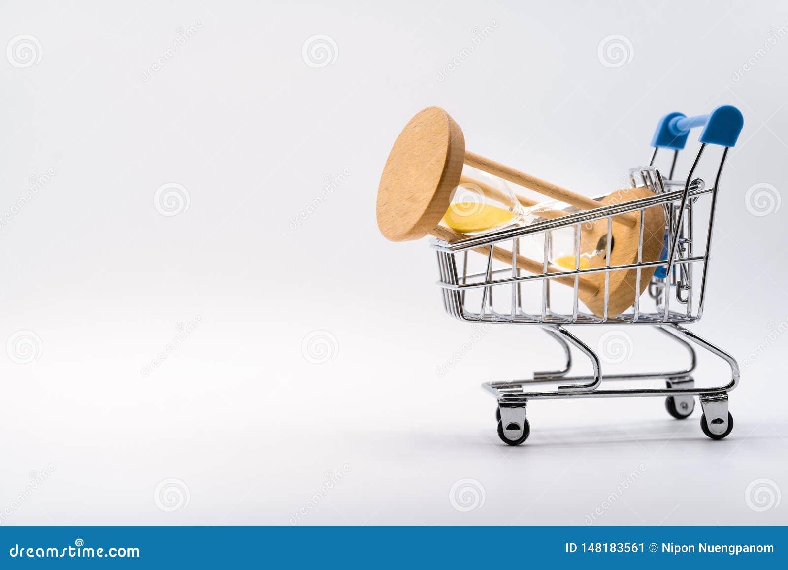 Ampulheta no carrinho de compras no fundo branco