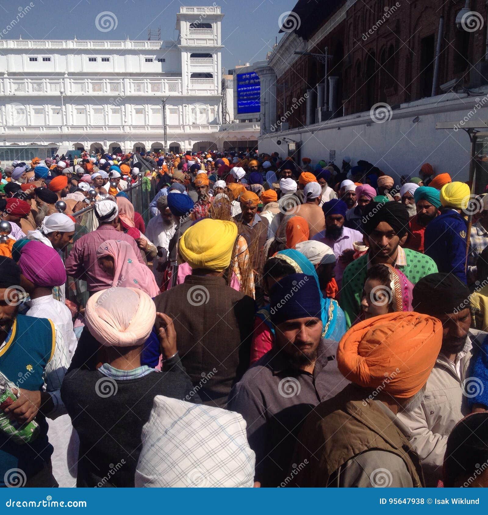 Amritsar groep mensen bij gouden tempel, Punjab, India