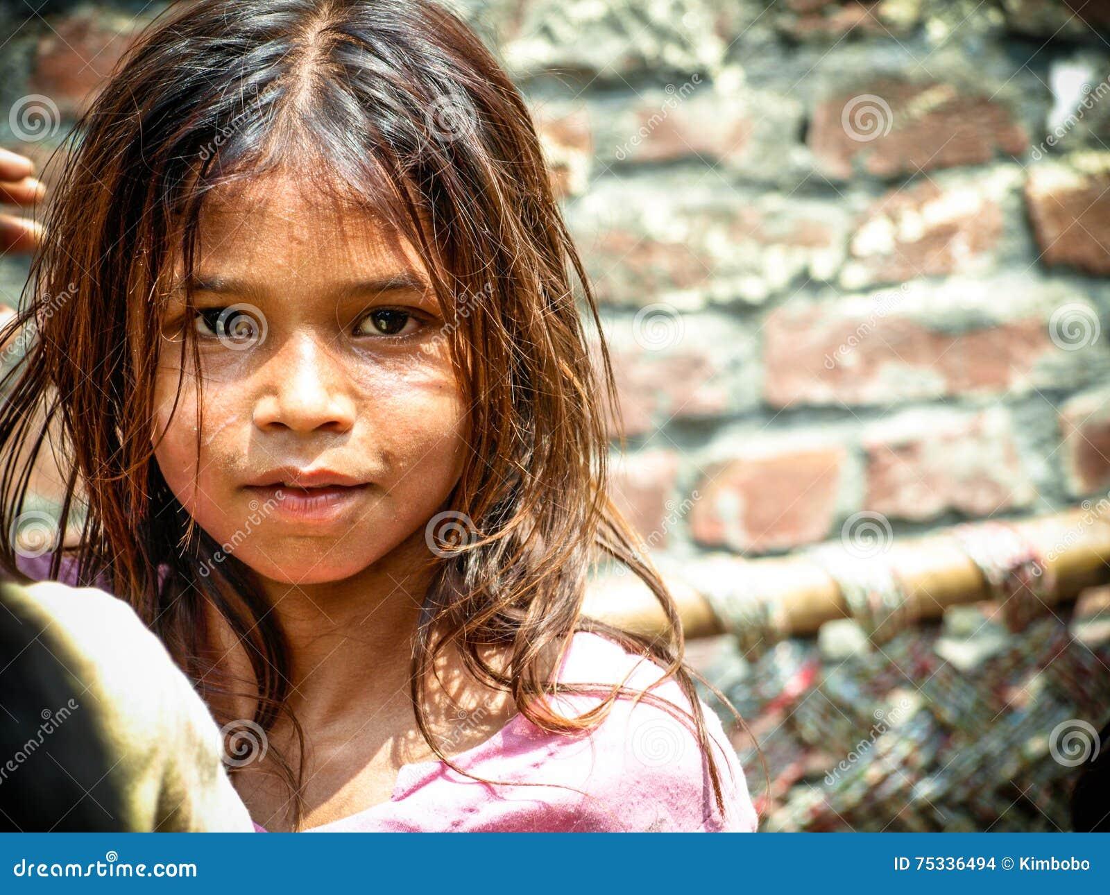 Amroha, Uiterste Pradesh, INDIA - 2011: Niet geïdentificeerde armen die in krottenwijk leven