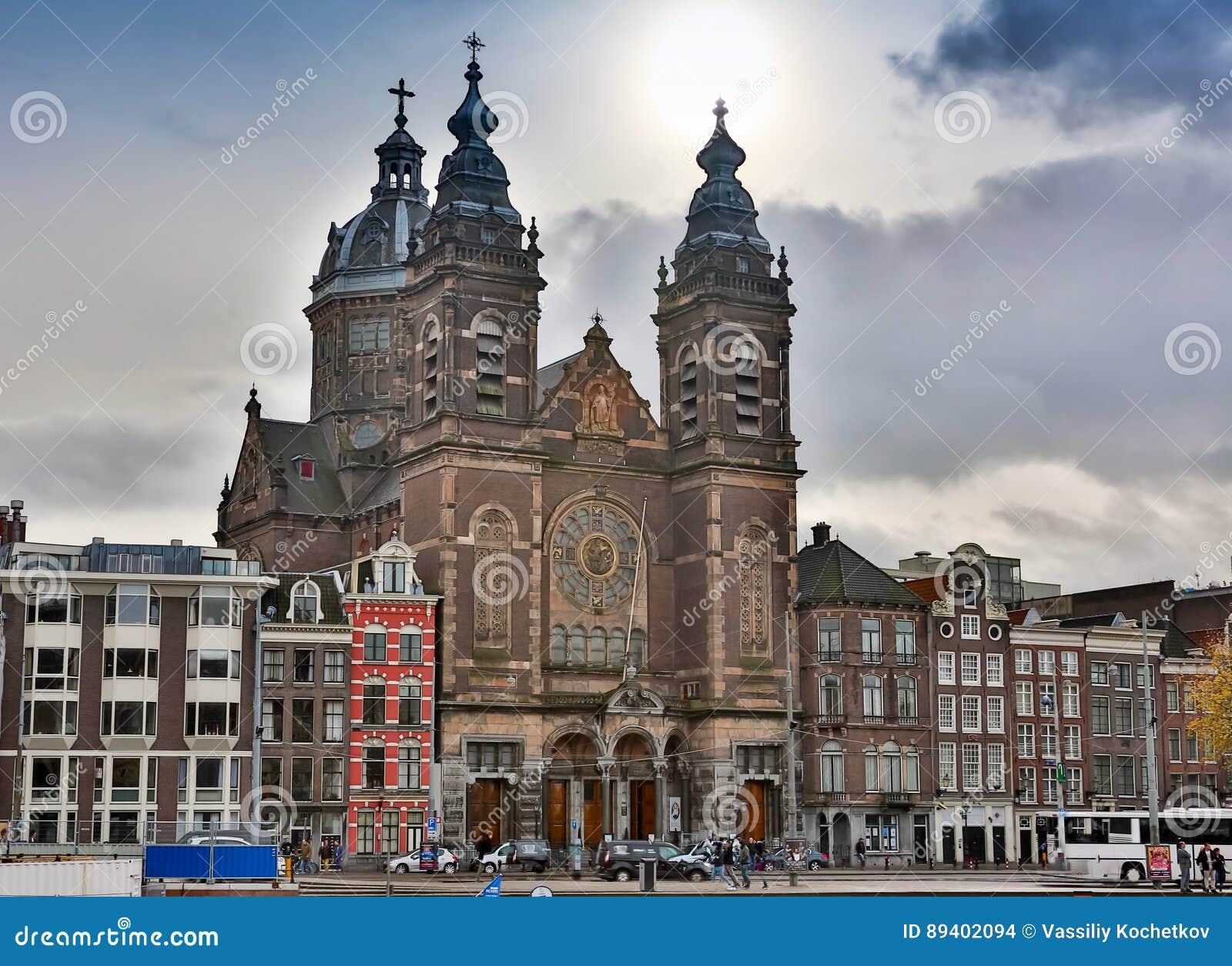 AMSTERDÃO - 2 DE OUTUBRO DE 2016: O canal de Amsterdão na Amsterdão ocidental é o capital e a cidade dentro o mais densamente pov