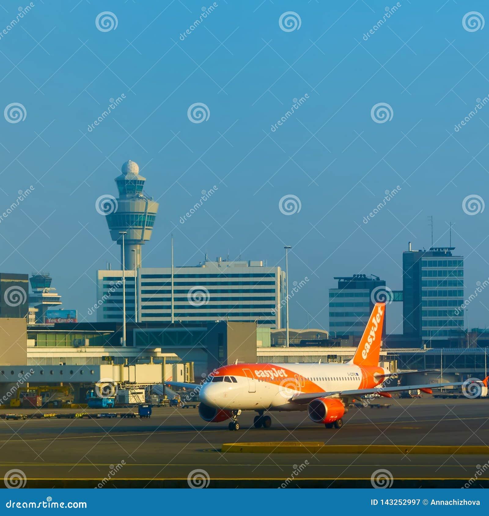 Amsterdão, Países Baixos - 11 de março de 2016: Aeroporto Schiphol de Amsterdão em Países Baixos O AMS é os Países Baixos princip
