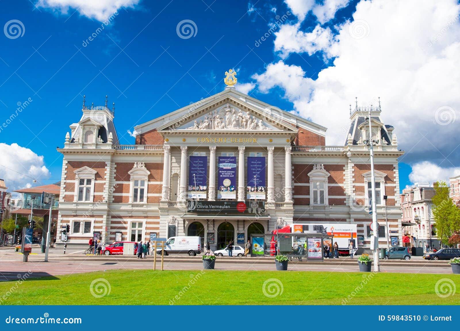AMSTERDAM-APRIL 30: Den kungliga Concertgebouwen från Museumpleinen på April 30,2015 i Amsterdam, Nederländerna
