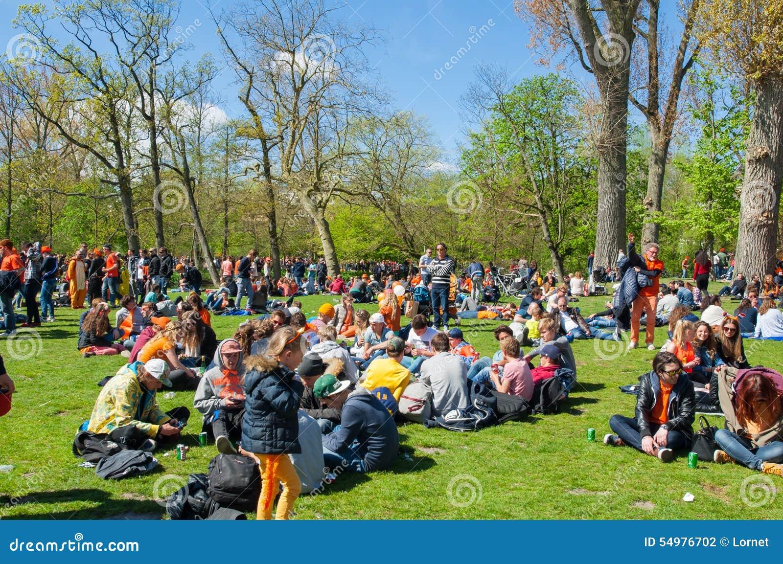 AMSTERDAM-APRIL 27: Folket i apelsin firar konungens dag in på April 27,2015 i Vondelpark, Nederländerna