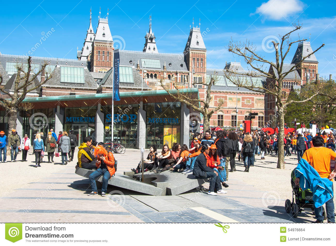 AMSTERDAM-APRIL 27: Lokalang-turister på Museumpleinen under konungs dag på April 27,2015