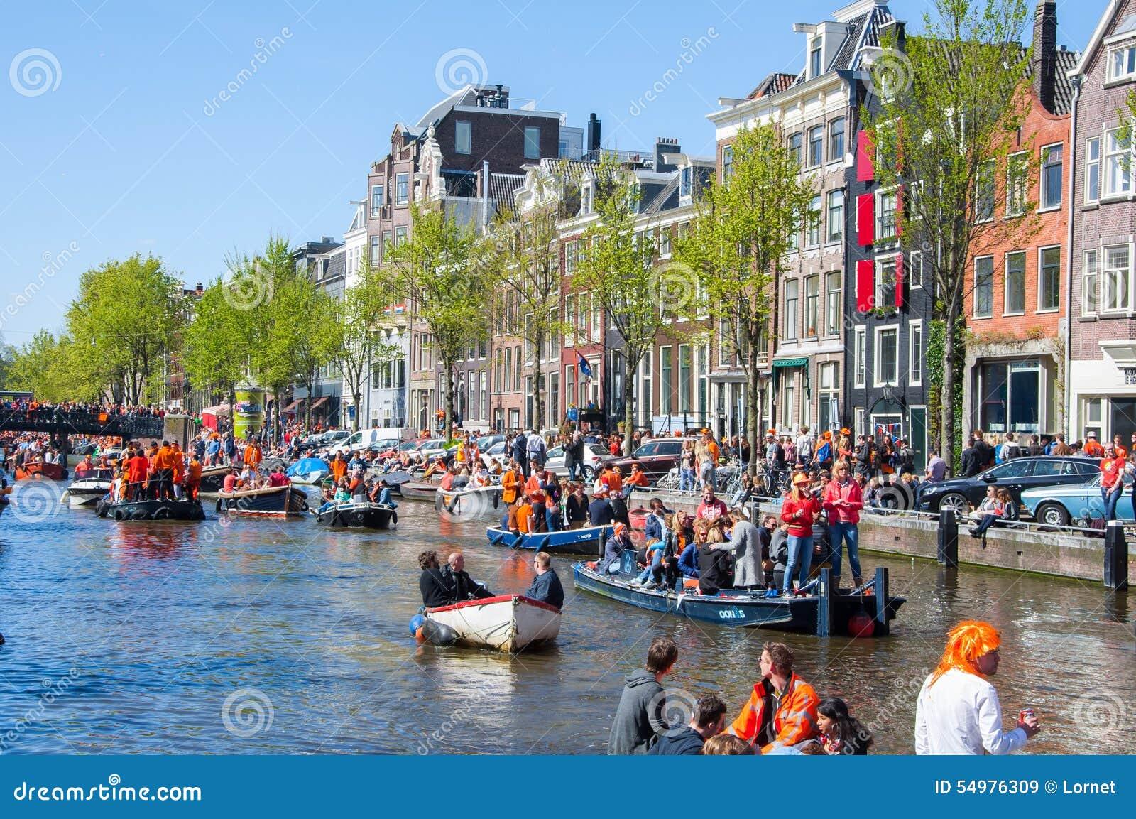 AMSTERDAM-APRIL 27: Lokaler och turister på fartygen deltar, i att fira konungens dag på April 27,2015 Nederländerna
