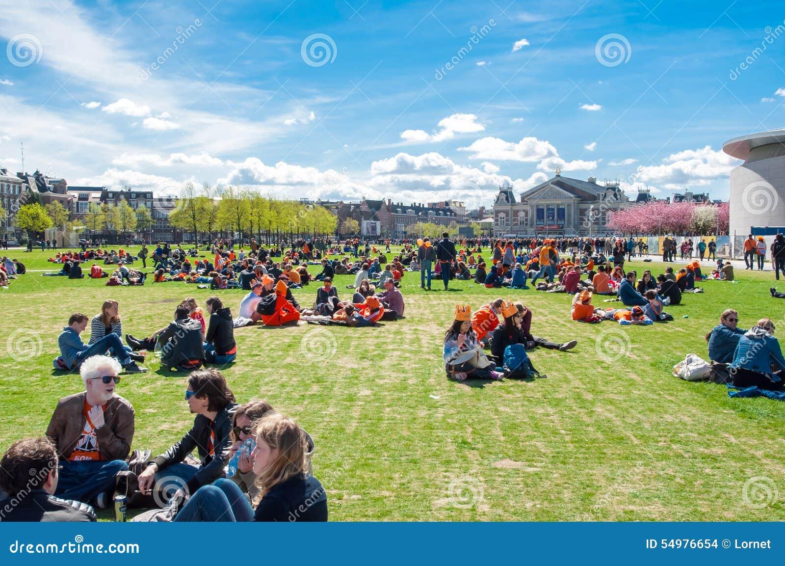 AMSTERDAM-APRIL 27: Ludzie relaksują przy Museumplein na królewiątko dniu na Kwietniu 27,2015