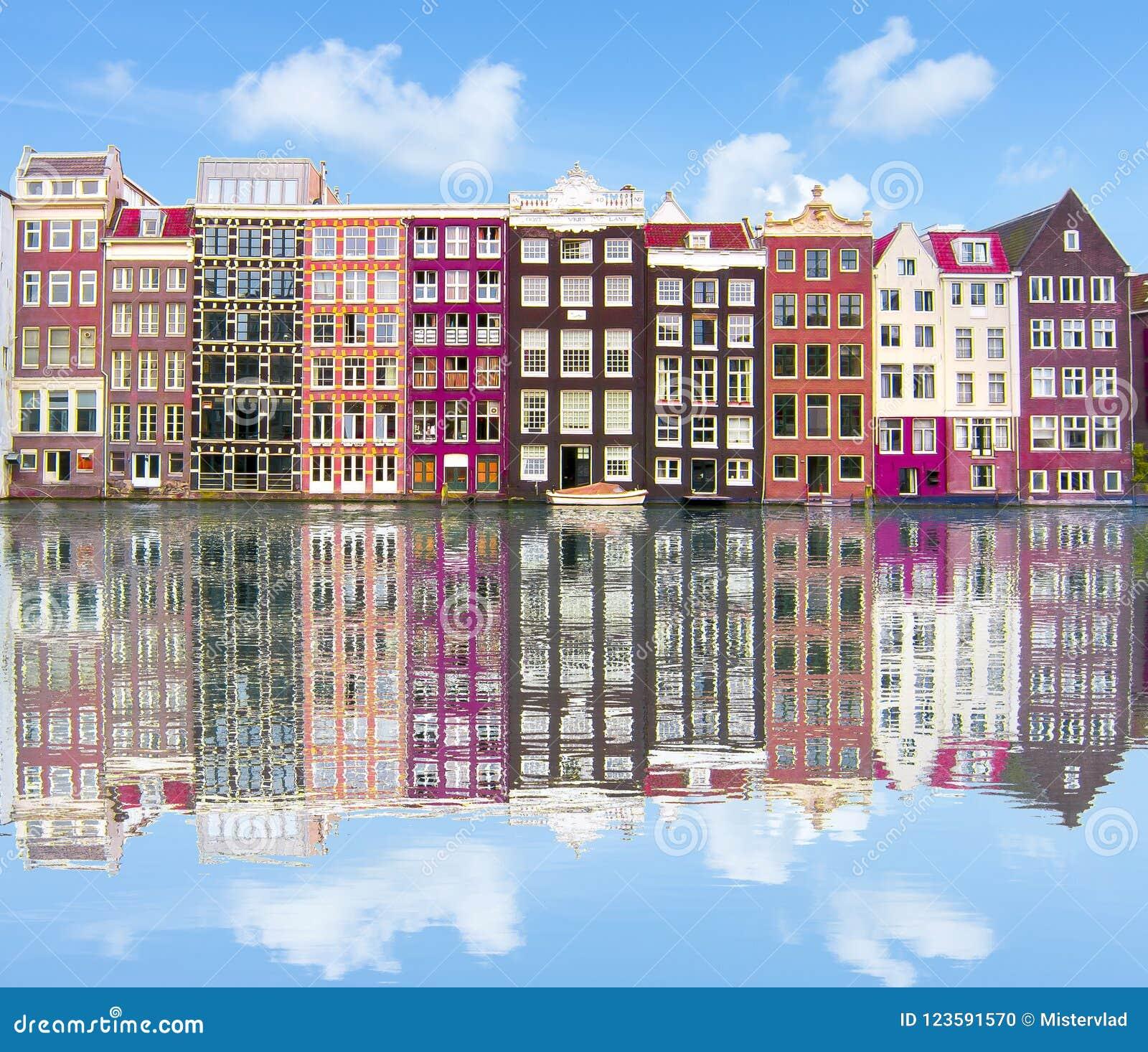 Amsterdam arkitektur och Damrak kanal, Nederländerna