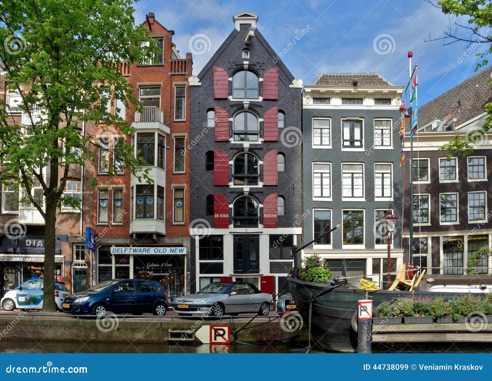 Amsterdam canali e case olandesi tipiche immagine stock for Case amsterdam economiche