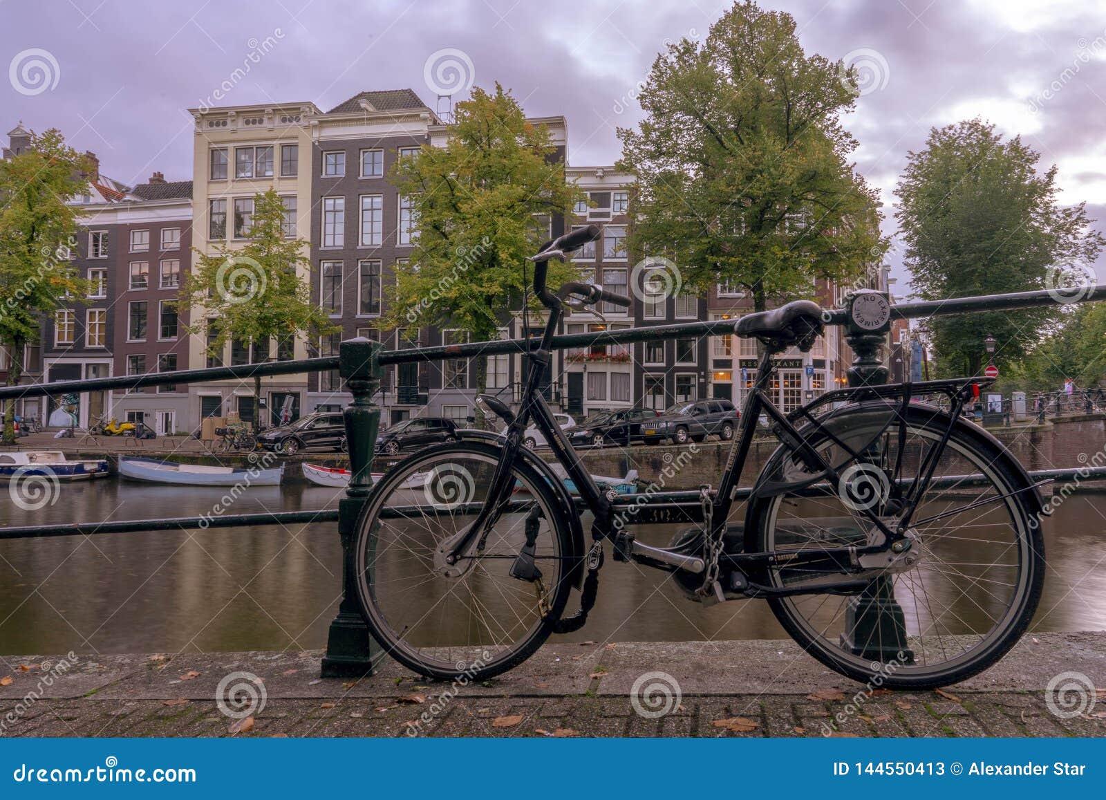 Amsterdam-Fahrrad auf dem Kanal