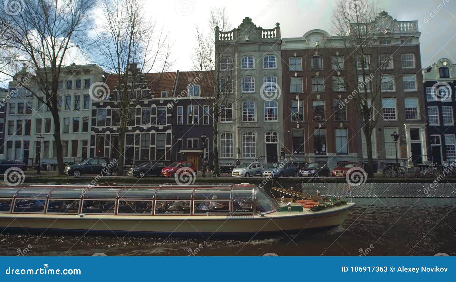 AMSTERDAM, holandie - GRUDZIEŃ 26, 2017 Łódkowata zwiedzająca wycieczka turysyczna na miasto kanale