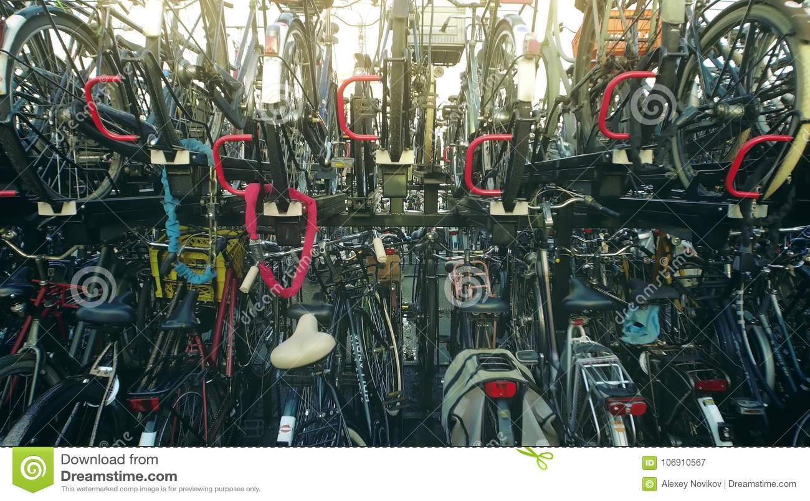 AMSTERDAM holandie - GRUDZIEŃ 26, 2017 Duży roweru parking w mieście