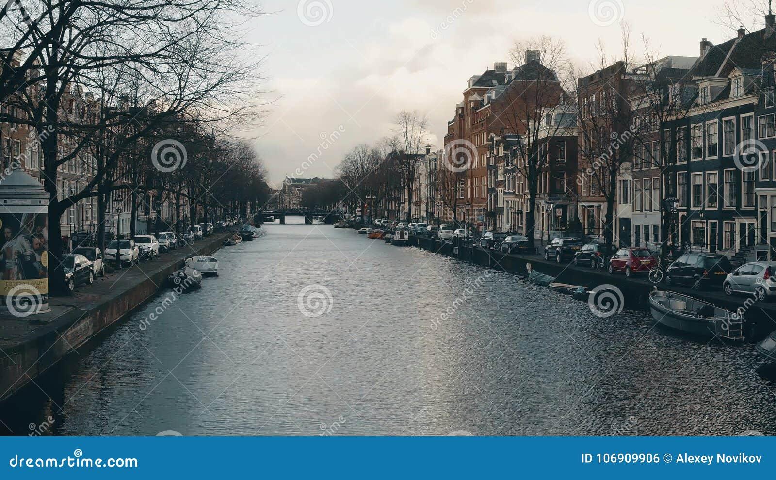AMSTERDAM, holandie - GRUDZIEŃ 26, 2017 Widok od mosta nad miasto kanałem