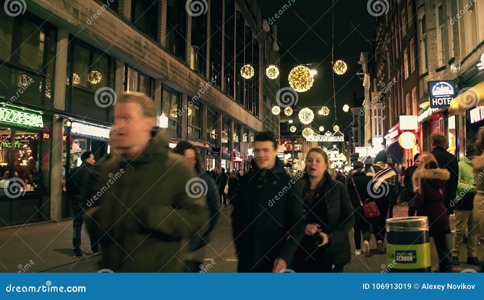 AMSTERDAM holandie - GRUDZIEŃ 25, 2017 Zatłoczona turystyczna ulica na wigilii